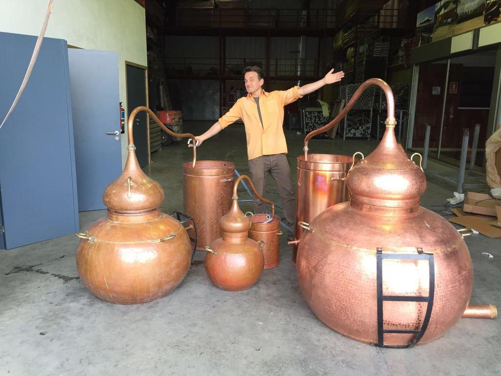 Alexander von Eisenhart Rothe mit den Brennkesseln des LAW Gin