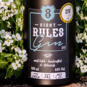 Nahaufnahme des Etiketts des 8 Rules Gins